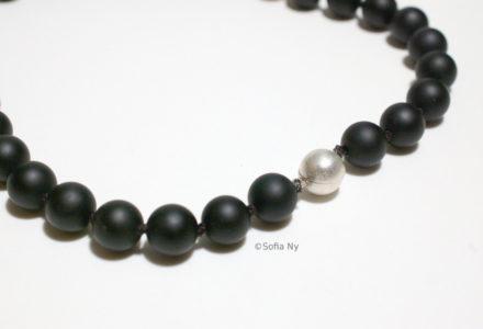 Svart onyx pärlhalsband med silverkula